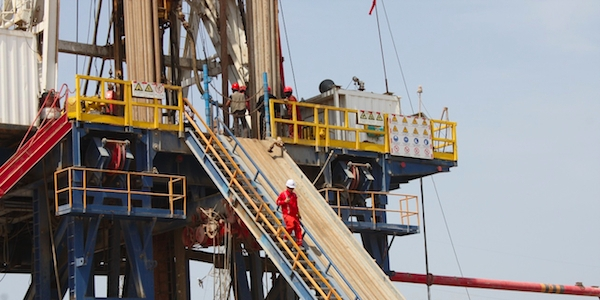 Workers operate a drilling rig at the West Qurna 2 oil field in Basra. (ALI ABU IRAQ/Iraq Oil Report)